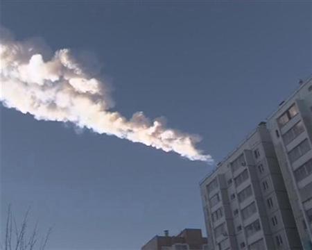 Imagem mostra rastro da queda de um objeto sobre a cidade de Chelyabinsk, na Rússia