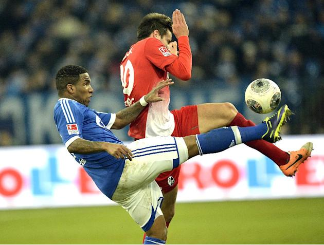Schalke's Jefferson Farfan, left, and Freiburg's Christian Guenter challenge for the ball during the German Bundesliga soccer match between FC Schalke 04 and SC Freiburg in Gelsenkirchen, Germ