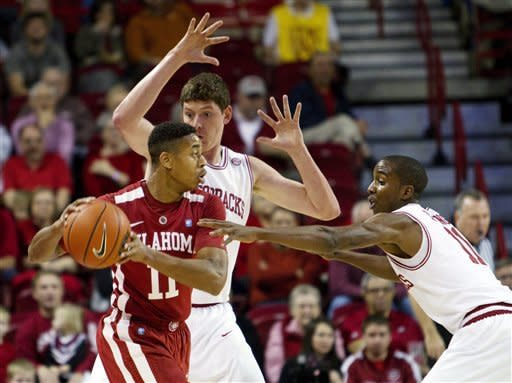 Young, Powell lift Arkansas over Oklahoma 81-78
