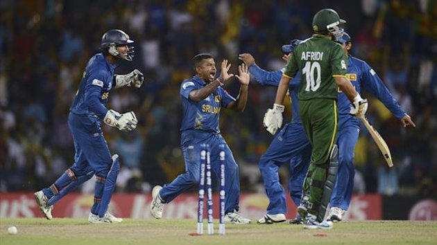 Sri Lanka&#39;s Rangana Herath (2nd L) celebrates after dismissing Pakistan&#39;s Shahid Afridi during the ICC World Twenty20 semi-final cricket match at the R Premadasa Stadium in Colombo October 4, 2012 (Reuters)