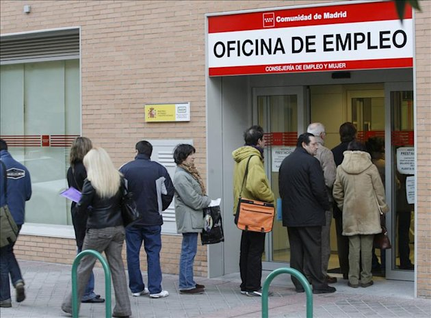 Un grupo de personas hacen cola en la entrada de una oficina de empleo de la Comunidad de Madrid. EFE/Archivo