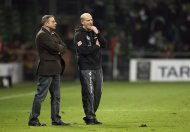 File picture shows Werder Bremen&#39;s coach Thomas Schaaf and manager Klaus Allofs (L) on the pitch following their German first division Bundesliga soccer match against Eintracht Frankfurt in Bremen November 13, 2010. Werder Bremen parted ways with coach Thomas Schaaf after 14 years in charge on Wednesday, bringing an end to a relationship spanning four decades. REUTERS/Christian Charisius/Files (GERMANY - Tags: SPORT SOCCER)