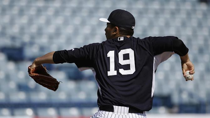New York Yankees starting pitcher Masahiro Tanaka, of Japan, throws during batting practice at a spring training baseball workout, Monday, March 2, 2015, in Tampa, Fla. (AP Photo/Lynne Sladky)