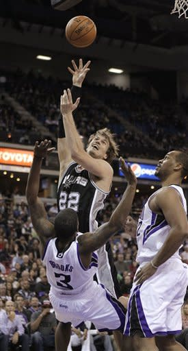 Duncan powers Spurs past Kings 97-86