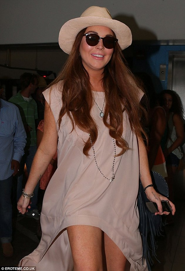 Lindsay Lohan luciendo chic via Daily Mail