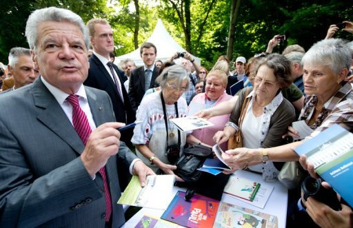 Schlange stehen fr Bundesprsident Joachim Gauck: Zum erstmals fr alle Brger geffneten traditionellen Sommerfest des Bundesprsidenten kamen ber 10.000 Menschen ins Schloss Bellevue