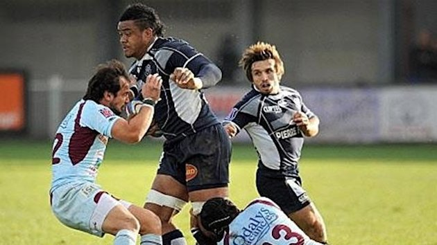Castres' lock Losefa Tekori (C) clashes with Bourgoin's center Matias Viazzo (L) and center Piet Van Zyl
