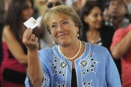 Chilean presidential candidate Michelle Bachelet shows her vote during the presidential election in Santiago December 15, 2013. REUTERS/Maglio Perez