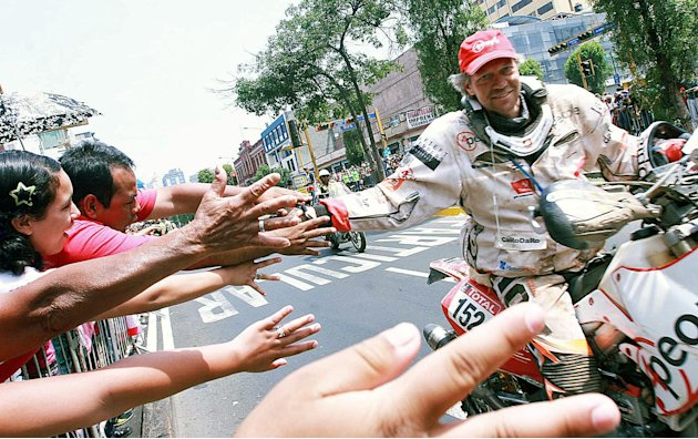 Netherlands' Ronald Ter Beek in Honda, greets the crowd upon arrival in Lima, at the end of the 2012 Dakar Rally, on January 15, 2012.   AFP PHOTO/ANDINA   PERU OUT     RESTRICTED TO EDITORIAL USE - M