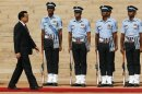 Chinese Premier Li inspects a guard of honour during his ceremonial reception at the forecourt of India&#039;s presidential palace Rashtrapati Bhavan in New Delhi