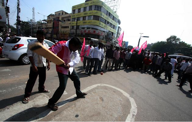 People play cricket on deserted streets during a daylong bandh called by the Telangana Rashtra Samithi against the inclusion of Anantapur and Kurnool to Telangana in Hyderabad on Dec.5, 2013. (Photo: