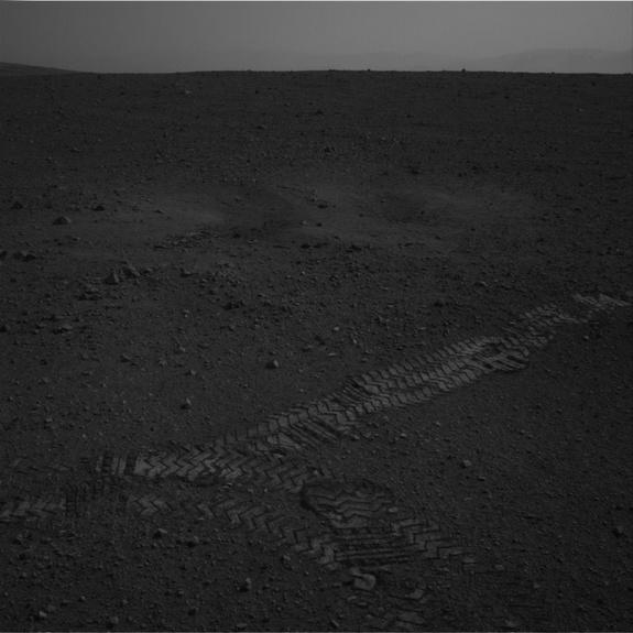 Mars Rover Curiosity Takes 1st Martian Test Drive, Sees Tracks (Photos)