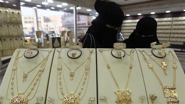 Women are seen at a jewellery shop ahead of Eid al-Adha in the Saudi capital Riyadh October 10, 2013. REUTERS/Faisal Al Nasser