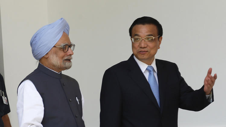 Chinese Premier Li Keqiang, right, and Indian Prime Minister Manmohan Singh, leave for a meeting in New Delhi, India, Monday, May 20, 2013. The leaders of India and China played down their recent border dispute and other tensions Monday, pledging to work together for regional stability and the economic growth of the world's two most populous nations. (AP Photo/Saurabh Das)