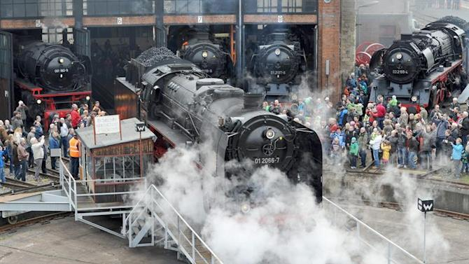 DRE118. Dresden (Germany), 18/04/2015.- Visitors watch a build series 01 locomotive in Dresden, Germany, 18 April 2015. In Dresden, 6 engines of this series are on show for two days. (Alemania, Dresde) EFE/EPA/MATTHIAS HIEKEL
