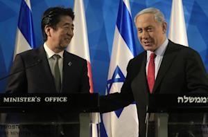 Japanese Prime Minister Shinzo Abe (L) and Israeli …