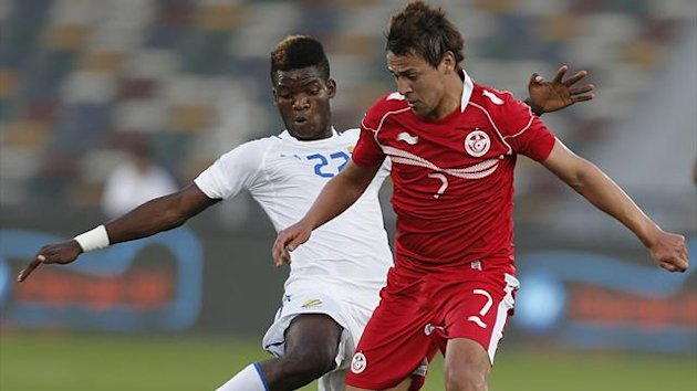 Tunisia&#39;s Youssef Msakni (L) fights for the ball with Ndong Ibrahim Didier (R) (Reuters)