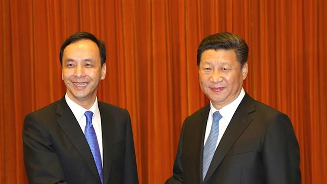 TWN04. Beijing (China), 04/05/2015.- A handout photo released by Taiwan's ruling party the Chinese Nationalist Party (Kuomintang or KMT), shows Chinese President Xi Jinping (R), in his capacity as secretary-general of the Chinese Communist Party, meet with KMT Chairman Eric Chu (L) in the Great Hall of the People in Beijing, China, 04 May 2015. During the meeting, Xi said the mainland and Taiwan should expand exchanges under the 1992 consensus that there is one China and both the mainland and Taiwan belong to this 'one China', while Chu urged Beijing to allow Taiwan to join regional economic integration, like the Asian Infrstructure Development Bank, and grant Taiwan more space on the international stage. EFE/EPA/KMT QUALITY REPEAT HANDOUT EDITORIAL USE ONLY/NO SALES