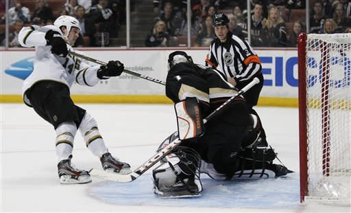 Stars rout Ducks 6-2 in return from break