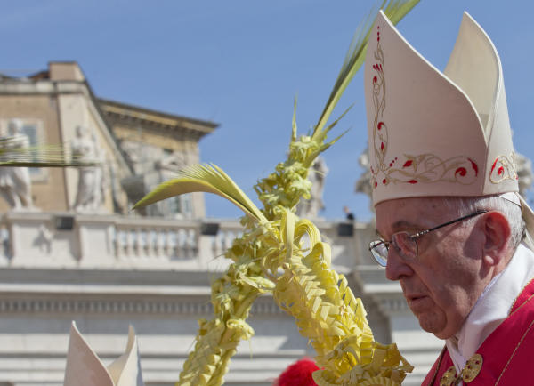 Pope blesses palm fronds, olive branches as Holy Week begins