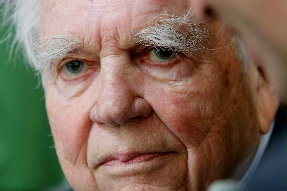 "CORRECTS DAY AND DATE OF DEATH - FILE - This Sept. 20, 2005 file photo shows ""60 Minutes"" commentator Andy Rooney in New York. CBS says former ""60 Minutes"" commentator Andy Rooney died Friday Nov. 4, 2011 at age 92. (AP Photo/Bebeto Matthews, File)"