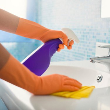 Woman-cleaning-bathroom_web