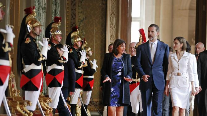 Paris Mayor Anne Hidalgo escorts Spain's King Felipe VI and Queen Letizia at their arrival at the city hall in Paris