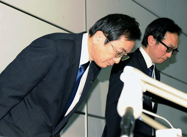 All Nippon Airways Vice President Osamu Shinobe, left, bows in apology during a news conference at Haneda airport in Tokyo Wednesday, Jan. 16, 2013 after one of the jets for an All Nippon Airways dome