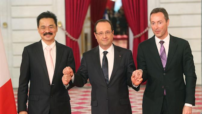 CEO of Lion Air, Indonesian Rusdi Kirana, left, France's President Francois Hollande, center, and CEO of Airbus, French Fabrice Bregier, right, pose for the media during a signing ceremony at the Elysee Palace in Paris, Monday, March 18, 2013. Indonesian airline Lion Air is to buy 234 short to medium range aircraft from Airbus for 18.4 billion Euro($24 billion), in what is being billed as the biggest civilian deal in the history of the aircraft manufacturer. The contract was announced Monday at the French presidential palace, a sign of the deal's importance to the government. Airbus said it would secure 5,000 jobs at a time when French unemployment hovers around the 10 percent mark. (AP Photo/Michel Euler)
