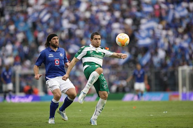 MEX16. CIUDAD DE MXICO (MXICO), 27/04/2013.- El jugador de Cruz Azul Hugo Pavone (i) marca a Rafael Figueroa (d), de Santos, hoy, sbado 27 de abril de 2013, durante un partido por la jornada 16 del