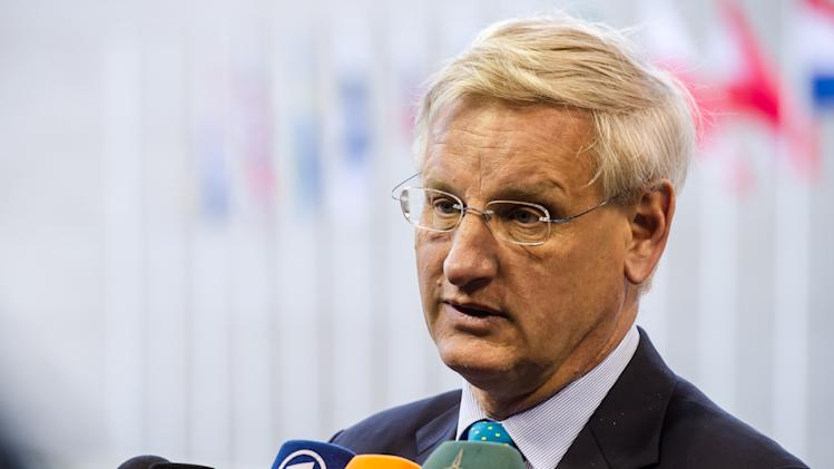 Swedish Foreign Minister Carl Bildt talks with journalists as he arrives for a European foreign ministers meeting in Luxembourg, Monday, June 24, 2013. (AP Photo/Geert Vanden Wijngaert)