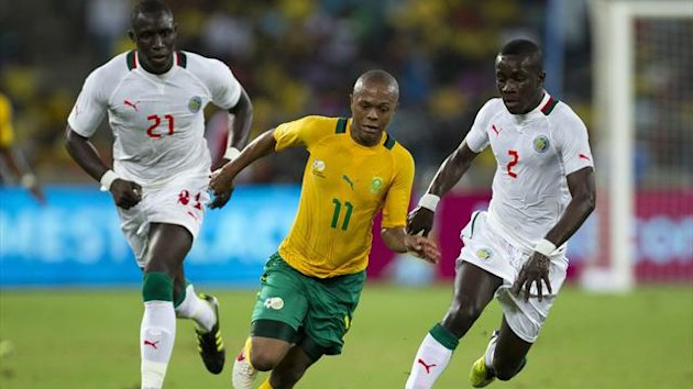 South Africa's Thulani Serero (C) attempts to run away from Senegal's Mohamed Diame and Idrissa Gana Gueye (R) (Reuters)