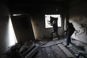 Free Syrian army fighters take up position with their weapons in the Mouazafeen neighbourhood in Deir al-Zor, eastern Syria