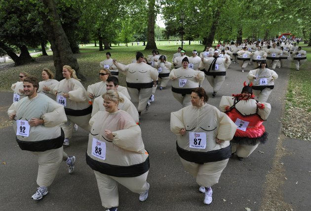 Des coureurs habills en costumes de sumo gonflables participent  une course de bienfaisance  Londres, le 19 juin 2010. Ils ont par consquent tabli le record du monde de la plus grande course  pi