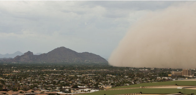 A dust storm moves to consume Camelback Mountain in Phoenix, Ariz., Thursday August 18, 2011.(AP Photo/The Arizona Republic, Pat Shannahan)  MARICOPA COUNTY OUT; MAGS OUT; NO SALES