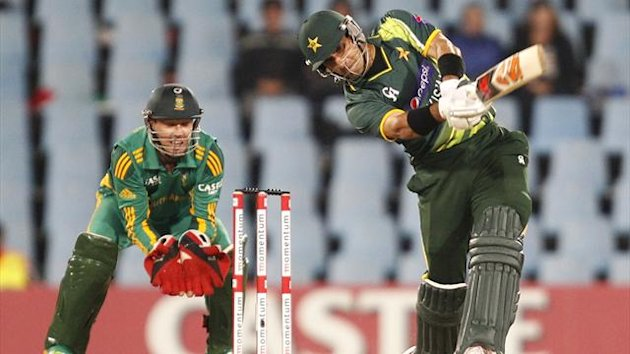 Pakistan&#39;s captain Misbah-ul-Haq (R) plays a shot next to South Africa&#39;s wicketkeeper AB de Villiers during their second One Day International (ODI) cricket match in Centurion