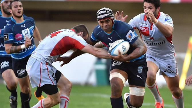 Montpellier's flanker Akapusi Qera (C) runs with the ball during the French Top 14 rugby union match between Montpellier and Lyon on March 28, 2015 in Montpellier, France