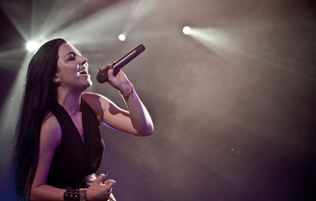 Lead vocalist Amy Lee cranking it out for the crowd. (Photo credit: Marcus Lin)
