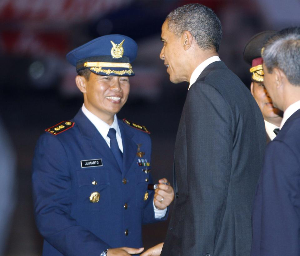 U.S. President Barack Obama is greeted by Ngurah Rai Air Force Base Commander Lt. Col. Jumarto as he steps off Air Force One at Denpasar International Airport in Denpasar, on the island of Bali, Indonesia, Thursday, Nov. 17, 2011. (AP Photo/Charles Dharapak)