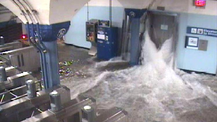 Sandy floods NYC, causes power outages