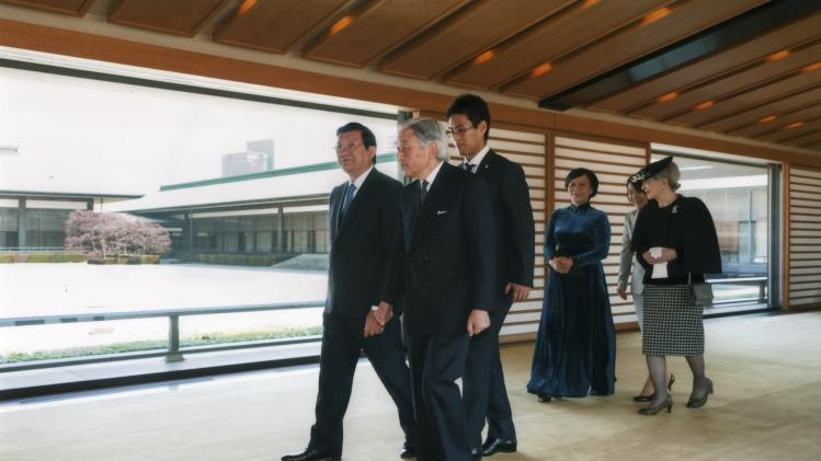 Vietnam's President Truong Tan Sang and his wife Mai Thi Hanh walk with Japan's Emperor Akihito and Empress Michiko at the Imperial Palace in Tokyo