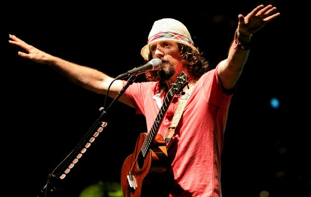 Jason Mraz thanks the crowd (Photo courtesy of Warner Music)