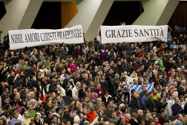 "Faithful hold banners reading in Latin ""Nihil amori Christi praeponere"" (Prefer nothing to the love of Christ), left, and in Italian ""Grazie Santita' "" (Thank you Your Holiness) during Pope Benedict X"