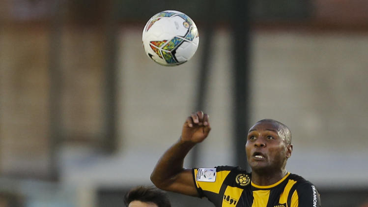 Uruguay's Penarol Marcelo Zalayeta, right, fights for the ball against Argentina's Arsenal Matias Sanchez, left, during a Copa Libertadores soccer match in Buenos Aires, Argentina,  Thursday, March 13, 2014