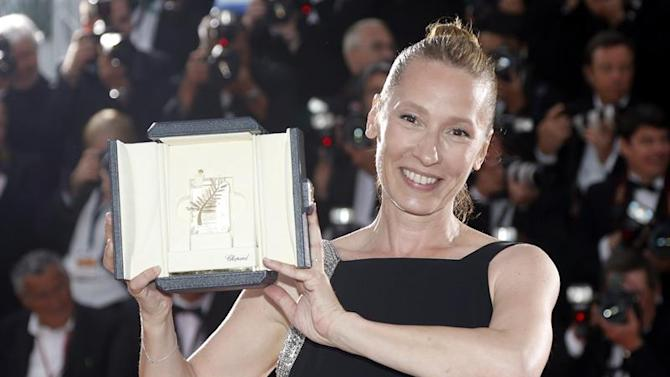 . Cannes (France), 24/05/2015.- French actress Emmanuelle Bercot poses with the ex-aequo Best Performance by an Actress award for 'Mon Roi' during the Award Winners photocall at the 68th annual Cannes Film Festival in Cannes, France, 24 May 2015. (Cine, Francia) EFE/EPA/GUILLAUME HORCAJUELO