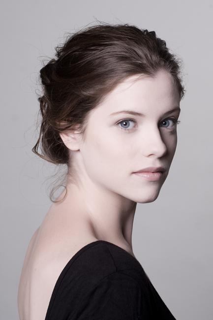 Jessica De Gouw Lands Female Lead On NBC Drama Series 'Dracula'