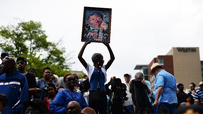 A fan holds a painting of blues musician B.B. King before a processional on May 27, 2015 in Memphis, Tennessee