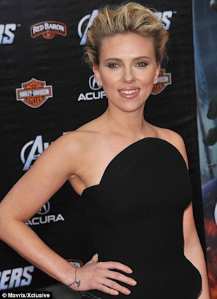 Scarlett Johansson y su nuevo tatuaje via Daily Mail