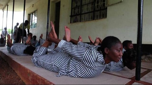 Cobra e saluto al Sole sbarcano in Africa:  yoga-mania