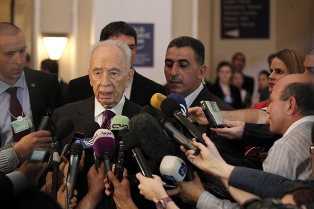 Israeli President Peres speaks to the media during the World Economic Forum on the Middle East and North Africa at the Dead Sea